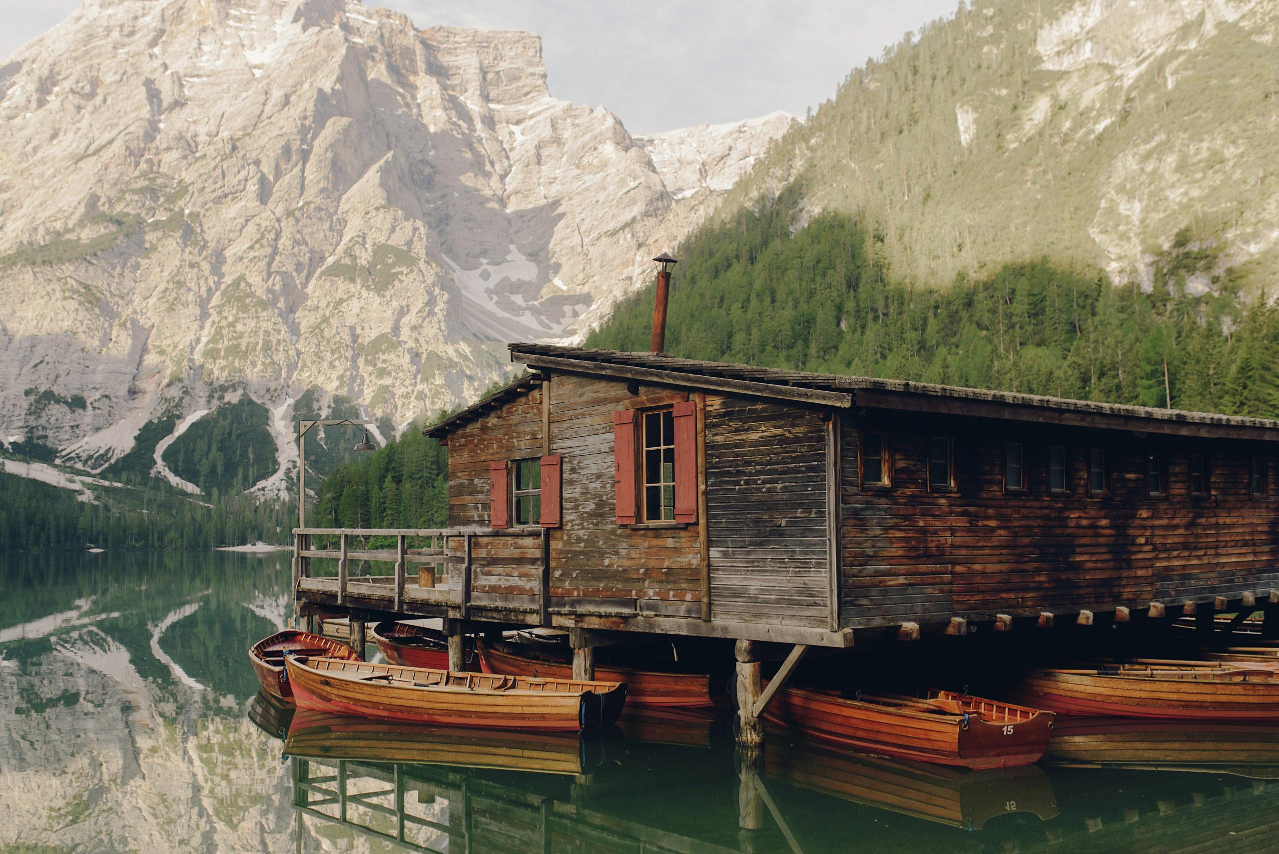 Деревянный загородный дом: что нужно знать?